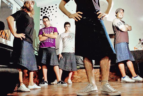 ef3f33e7f Hombres con pollera, la moda que llegó al país - Off Topic y humor
