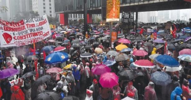 Brasileños marchan para pedir renuncia de Temer