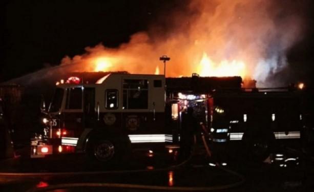 Feroz incendio de una papelera: el fuego alcanzó 10 metros de altura