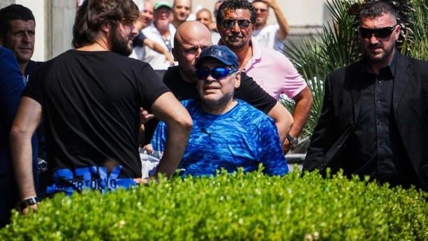 Maradona festejó pasado de copas en Nápoles — Videos impactantes