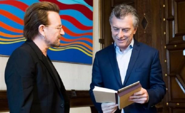 El cantante de U2 entregó una carta al hermano de Santiago Maldonado