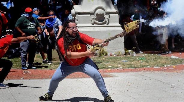 Ordenan la captura internacional para el militante
