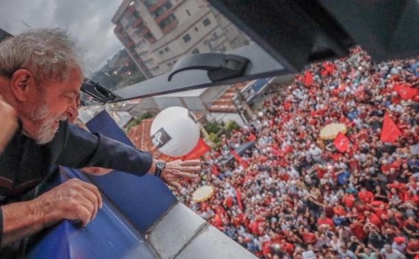 Pese a prisión, Lula encabeza encuestas en Brasil