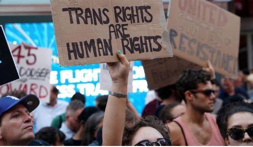 Un hombre transgénero fue tratado por un dolor abdominal pero estaba embarazado